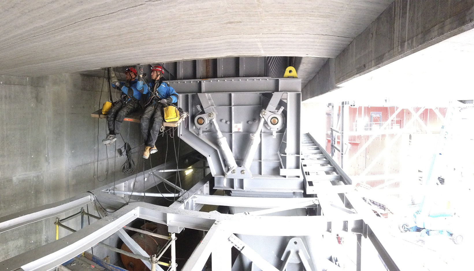 Reperation siddende under betonbro