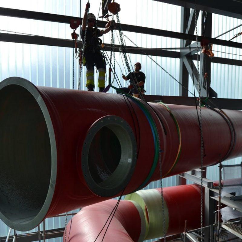 Ved hjælp af rigger-udstyr og rope access kunne rør flyttes rundt inde i bygningen – som dette der skulle monteres horisontalt. Med rope access kan der arbejdes tredimensionelt, og der er stort set ingen begrænsninger i forhold til arbejdsområdets kompleksitet, hvilket gav mange fordele ved denne opgave.