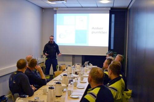 Frank Vilstrup underviser på forbrændingens faciliteter.
