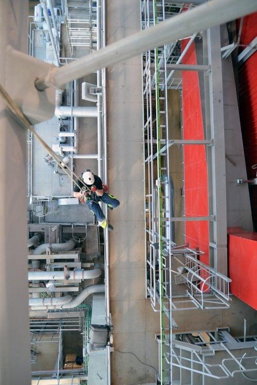 Med rope access er det muligt at komme over, under og omkring arbejdsområdet. På billedet foretages inspektion af samtlige bolte og møtrikker i tagkonstruktionen.
