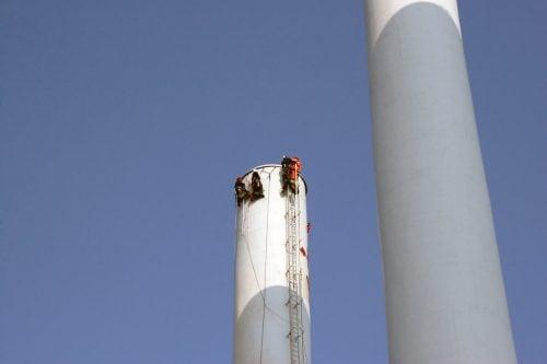 Op til fem rope access teknikkere var i gang samtidigt på de 101 meter høje skorstene. Individuelle ankerpunkter blev svejset på, så alle 360 grader af skorstenen kunne tilgås.